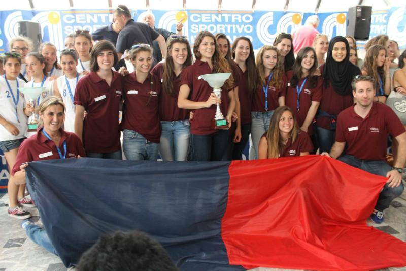 Le padernine a Lignano con il trofeo del 4^ posto nazionale