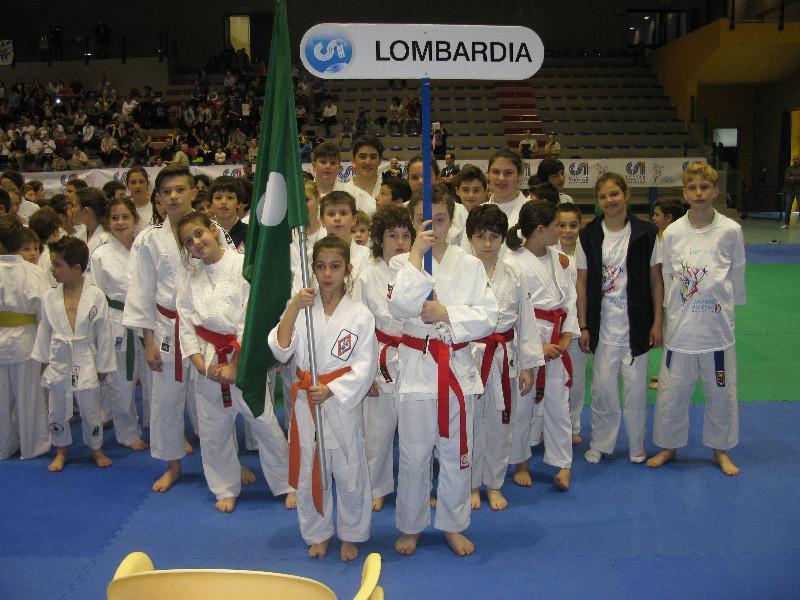 Una piccola atleta della Samurai ha fatto da portabandiera della Lombardia